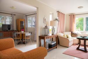 Uma área de estar em Jan Thiel Garden Apartement