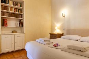 A bed or beds in a room at Au Vallon -Terrasse de Rêve sur le Vieux Port
