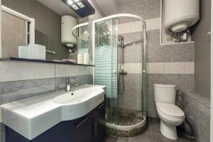 A bathroom at Au Vallon -Terrasse de Rêve sur le Vieux Port