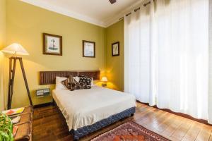 A bed or beds in a room at Le Ptit Jaune- Terrasse sur le Vieux Port