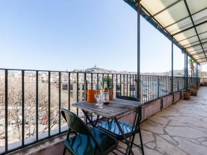 A balcony or terrace at Le Ptit Jaune- Terrasse sur le Vieux Port