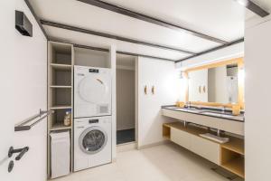 A kitchen or kitchenette at L'Arsenal - très bel appartement sur le Vieux-Port