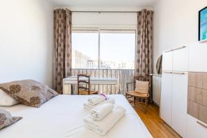 A bed or beds in a room at La Belle Vue