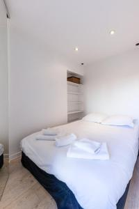 A bed or beds in a room at Castel Bay- Appartement Chic en centre-ville