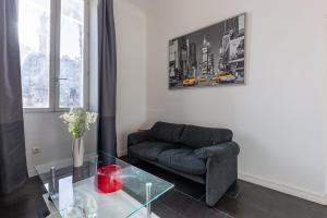 A seating area at Castel Bay- Appartement Chic en centre-ville