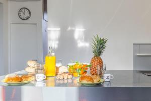 Breakfast options available to guests at Castel Bay- Appartement Chic en centre-ville