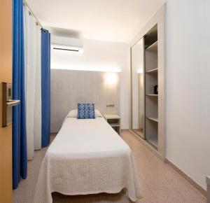 A bed or beds in a room at Hostal Roca