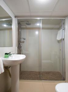 A bathroom at Hostal Roca