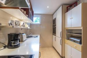 A kitchen or kitchenette at Atlantic Apartment