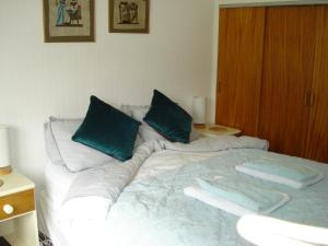 A bed or beds in a room at Wildwinds