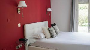 A bed or beds in a room at Les Jardins De La Madrague