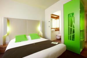 Een bed of bedden in een kamer bij Campanile Carcassonne Est - La Cité