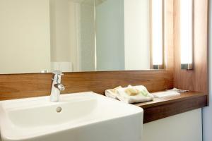 Een badkamer bij Campanile Carcassonne Est - La Cité