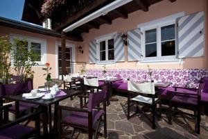 Ein Restaurant oder anderes Speiselokal in der Unterkunft Hotel Alpenkönig