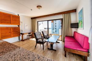 A seating area at Apartamentos Albatros