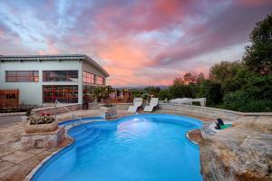 Bazén v ubytování Hotel Kaskady nebo v jeho okolí