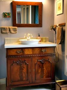 A bathroom at Blue Gables Bed and Breakfast