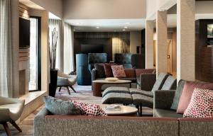 A seating area at Courtyard by Marriott Los Angeles Hacienda Heights Orange County
