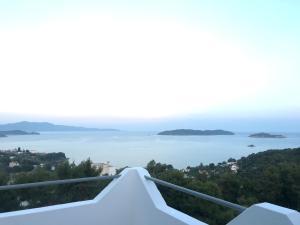 Utsikt over sjøen, enten fra leiligheten eller fra et annet sted