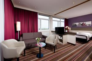 A seating area at Leonardo Hotel Karlsruhe