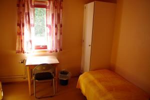 Säng eller sängar i ett rum på Halens Camping och Stugby
