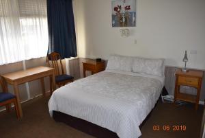 A bed or beds in a room at Kaniva Midway Motel