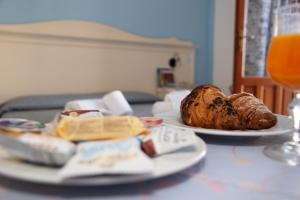 Breakfast options available to guests at Camping Village La Pineta