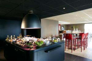 A restaurant or other place to eat at Campanile Brest - Gouesnou Aeroport