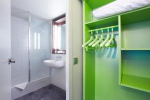 A bathroom at Campanile Brest - Gouesnou Aeroport