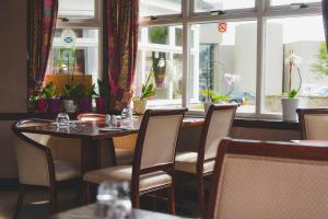 A restaurant or other place to eat at Sunninghill Hotel