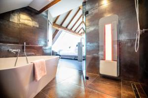 A bathroom at Thermae 2000