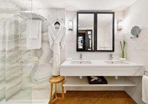 A bathroom at H10 Metropolitan 4* Sup