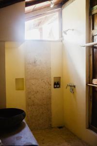Salle de bains dans l'établissement Kalyssa Beach Bungalows
