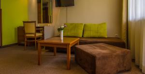 A seating area at Hotel Forum - Free Parking