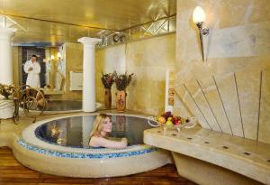 A bathroom at Imperial Hotel & Restaurant