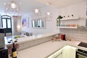 A kitchen or kitchenette at Luxury 4 br/3 bath, city center