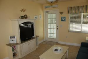 A television and/or entertainment centre at An Island Getaway at Palm Tree Villas