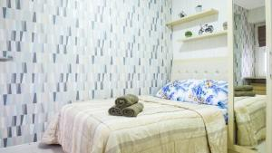 A bed or beds in a room at Aya Stays 5 at Parahyangan Residence
