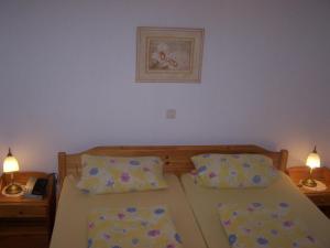 Een bed of bedden in een kamer bij Ferienwohnungen Alken