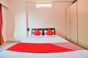 A bed or beds in a room at Vaccinated Staff - OYO 37212 Hotel Soft Petals By Arn Group