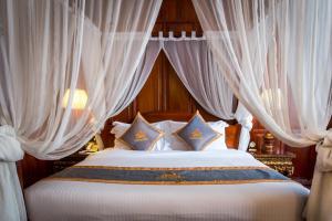 Empress Angkor Resort & Spaにあるベッド