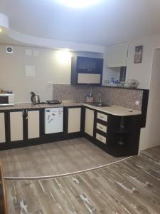 Кухня или мини-кухня в Guest house on Fizkulturnaya