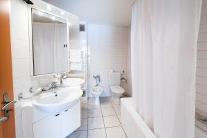 A bathroom at City Hotel Biel Bienne Free Parking