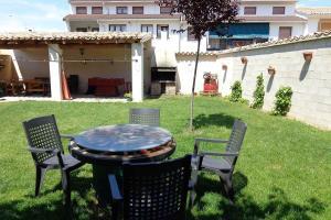 A garden outside Casa Rural Villazón II - A 16 km de Pamplona