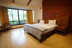 เตียงในห้องที่ Country Lake View Hotel