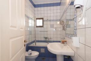 A bathroom at Methoni Beach Hotel