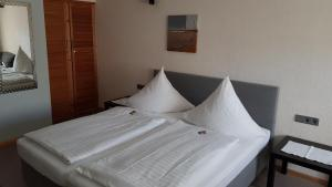 A bed or beds in a room at H41 Inn Hotel Garni Freiburg