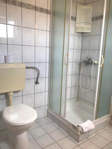 Kylpyhuone majoituspaikassa Cosy Sun-Splashed Bedroom