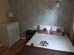 A bed or beds in a room at Apartamenty Katrin