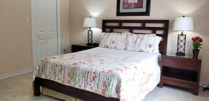 A bed or beds in a room at Ocean Paradise